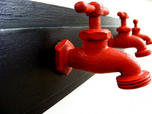 ideas-to-make-wall-hooks-from-faucets1-500x375